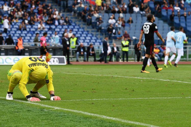 Gianluigi Donnarumma meratapi gol ke gawangnya saat AC Milan kalah telak dari Lazio pada pertandingan pertandingan Serie A, kasta pertama Liga Italia, di Stadion Olimpico, Minggu (10/9/2017).