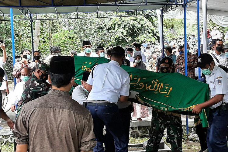 Jenazah Anggota Dewan Pengawas Komisi Pemberantasan Korupsi (KPK) Artidjo Alkostar saat tiba di peristirahatan terakhirnya di makam UII.