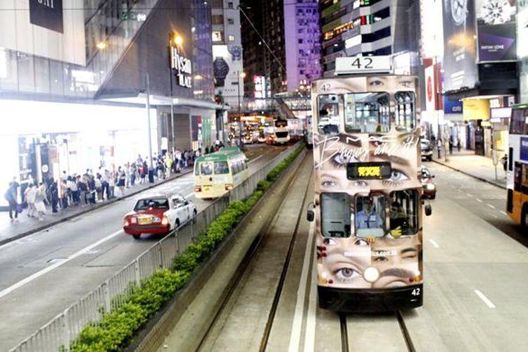 Moda transportasi umum di Hongkong yakni trem dan bus berjalan berdampingan di sudut jalan area Causeway Bay, Hongkong, Rabu (15/6/2016) malam.
