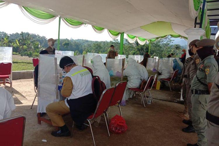 Sebanyak 303 peserta mengikuti rapid test usai menonton Rhoma Irama di Desa Cibunian, Kecamatan Pamijahan, Kabupaten Bogor, Jawa Barat, Selasa (7/7/2020).