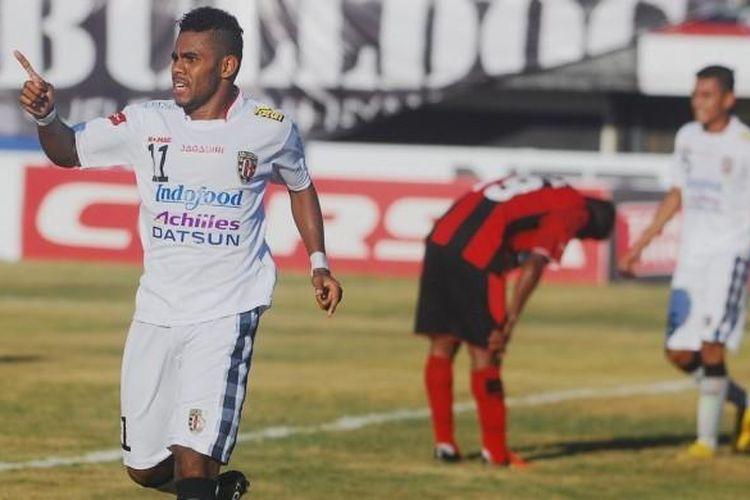 Yabes Roni merayakan gol Bali United ke gawang Persipura di Stadion I Wayan Dipta, Jumat (25/3/2016).