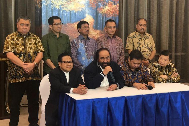 Ketua Umum Partai Nasdem, Surya Paloh (memegang microphone), memberikan keteragan usai pertemuan partai politik koalisi Jokowi-Maruf di kantor DPP Nasdem, Jakarta Pusat, Senin (22/7/2019). Pertemuan partai-partai koalisi tidak dihadiri PDI-P.