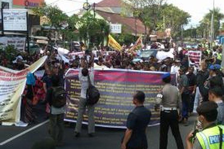 Pedagang Bandara Ngurah Rai melakukan long march dari Patung Kuda, Tuban menuju Kantor Konsultan Pengelola Bandara Ngurah Rai di Jalan By Pass Ngurah Rai, Jum'at (26/7/2013).
