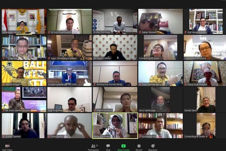 Ketua Umum Partai Golkar Airlangga Hartarto (pojok kiri atas) dalam kegiatan virtual meeting bersama pemimpin redaksi media massa di Indonesia, Rabu (3/6/2020).