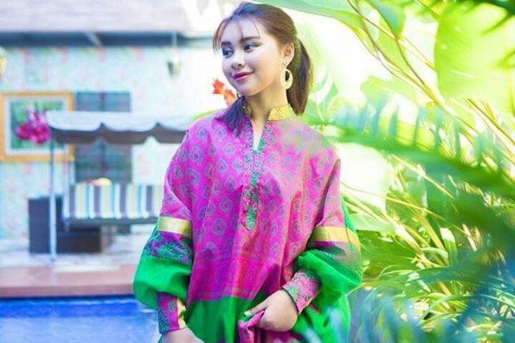 oleh Zia (15), Murid SMA Kelas 10 Sekolah Cikal itu mampu mengkreasikan kain tenun menjadi fesyen yang menawan bagi kaum milenial.