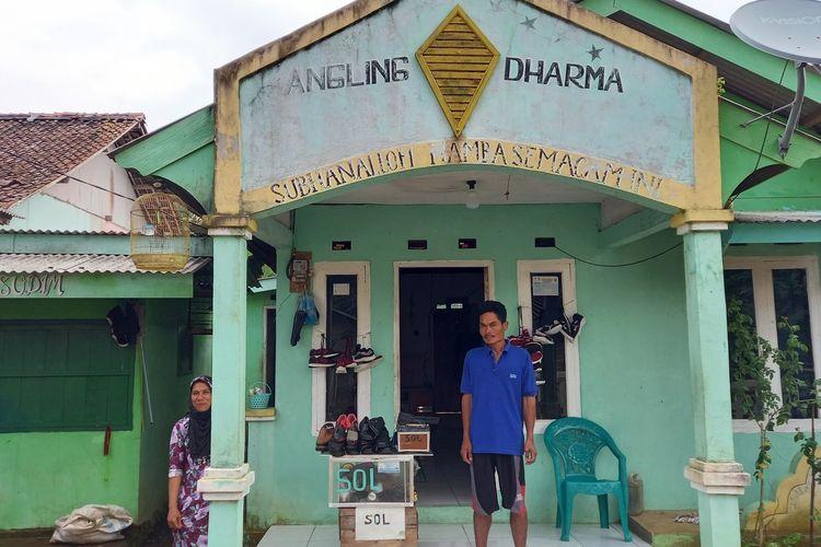 Rumah warga yang dibangun oleh Baginda Jamaludin memiliki ciri khas, yakni bertuliskan Angling Dharma di bagian atasnya.