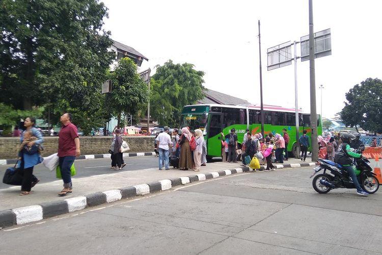 Menteri Perhubungan Budi Karya Sumadi saat memantau fasilitas dan kegiatan di Terminal Bus Kampung Bandan Jakarta, Kamis (6/6/2019).