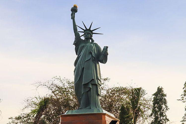 Miniatur Patung Liberty di Taman Tiga Negara yang dibuat mirip dengan aslinya.