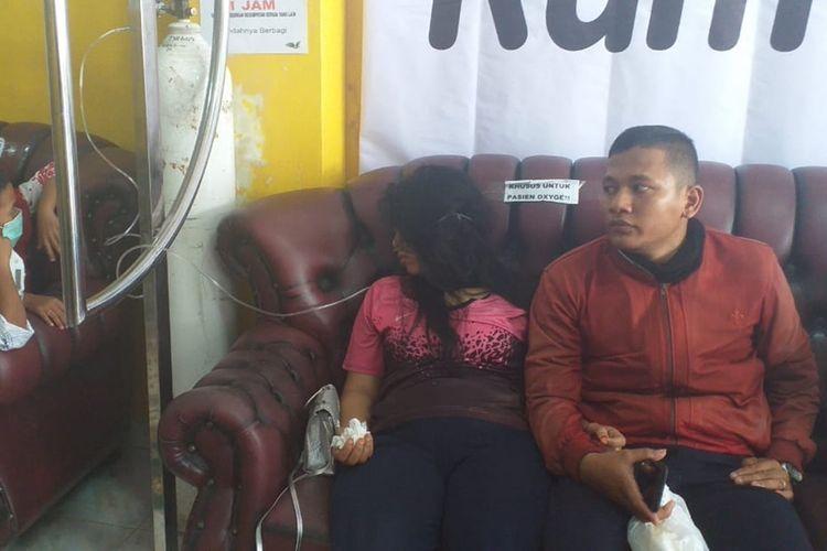 Siti (23) ibu hamil empat bulan bernapas dibantu oksigen akibat terpapar asap karhutla di Pekanbaru, Riau, Senin (23/9/2019).