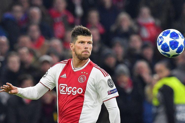 Klaas Jan Huntelaar dari Ajax memperhatikan bola selama pertandingan sepak bola Grup E Liga Champions UEFA antara AFC Ajax dan FC Bayern Munchen di Johan Cruyff Arena di Amsterdam pada 12 Desember 2018.