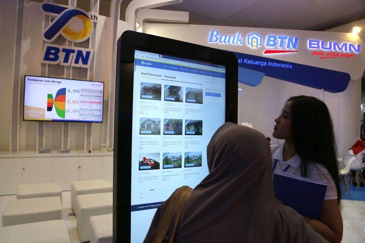 Karyawan dari BTN menunjukkan kemudahan mencari properti di situs rumah murah BTN, kepada pengunjung  Indonesia Properti Expo, di Jakarta Convention Center, Sabtu (15/2/2020). Tahun ini ada sekitar 650 proyek properti dengan rentang harga dari Rp 140 juta hingga Rp 3 miliar, yang ditawarkan di pameran tersebut.