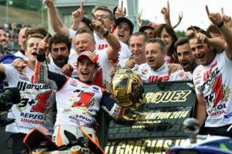 Pebalap Repsol Honda asal Spanyol, Marc Marquez, dan tim merayakan keberhasilannya menjadi juara dunia MotoGP 2014 setelah finis di urutan kedua pada balapan GP Jepang di Sirkuit Twin Ring Motegi, Minggu (12/10/2014).