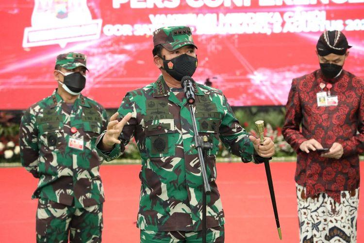 Panglima TNI Marsekal Hadi Tjahjanto saat meninjau pelaksanaan vaksinasi di GOR Jatidiri, Semarang, Jawa Tengah, Kamis (5/8/2021).
