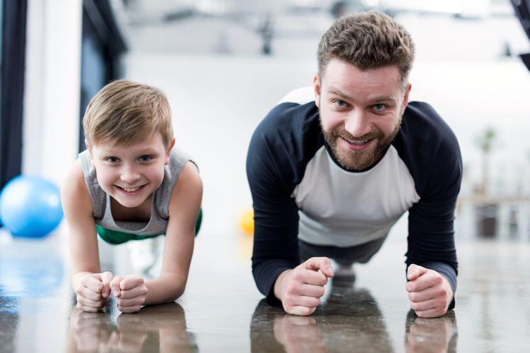 Ilustrasi ayah dan anak berolahraga bersama