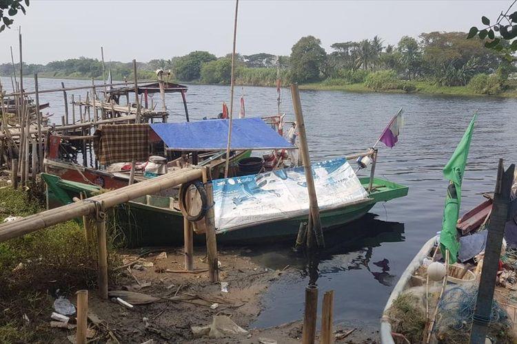 Aliran sungai Ciujung menghitam di Desa Tengkurak, Kecamatan Tirtayasa, Kabupaten Serang, Selasa (9/7/2019).