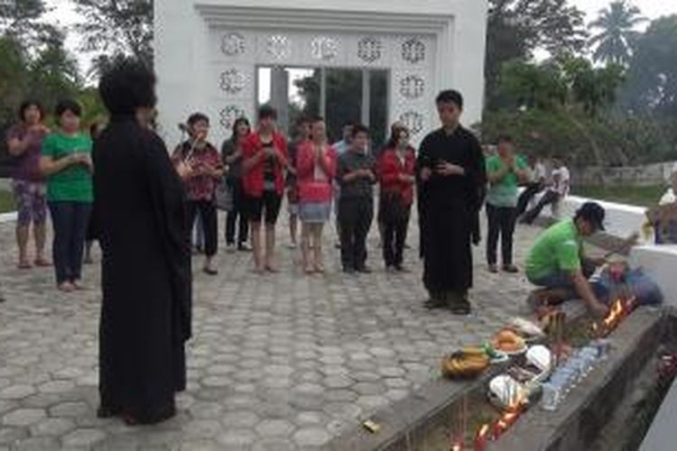 Sejumlah warga keturunan tionghoa di Banda Aceh juga melakukan ritual berdoa di makam massal korban tsunami, mengenang sembilan tahun musibah tsunami di Aceh.