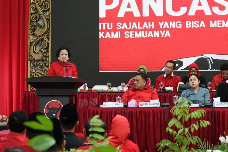 Ketua Umum PDIP Megawati Soekarnoputri menyampaikan pidato saat pengumuman pasangan calon kepala daerah di kantor PDIP, Menteng, Jakarta, Rabu (19/2/2020).