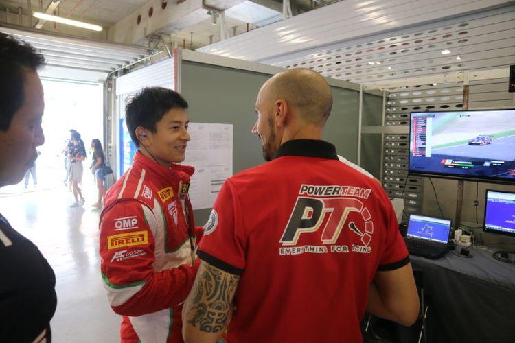 Pebalap Indonesia, Rio Haryanto saat berbicang dengan tim mekanik di paddock di sela-sela sesi kualifikasi Blancpain GT World Challenge Asia 2019 seri VI, di Sirkuit Shanghai, Jumat (27/9/2019) siang.