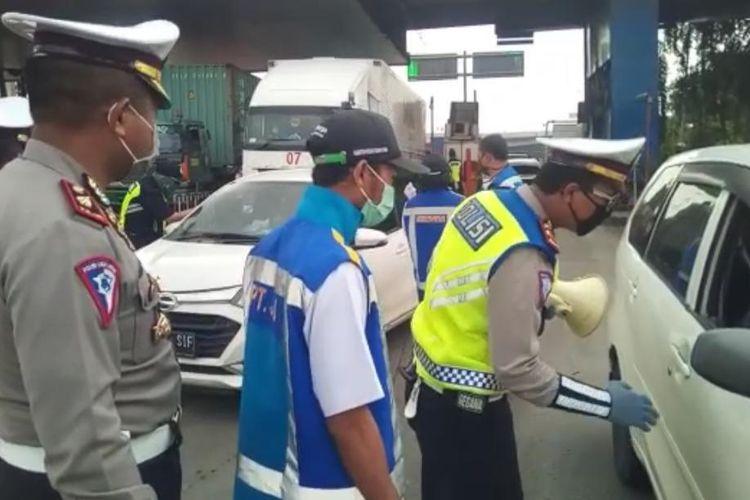 Ada Pemeriksaan Kendaraan di area Pintu Tol Perbatasan Jabodetabek, Sabtu (11/4/2020).