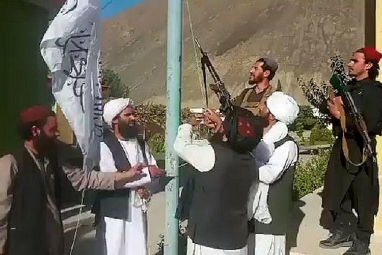 Sebuah potongan video memperlihatkan anggota Taliban mengibarkan bendera mereka di depan kantor gubernur provinsi Panjshir. Taliban mengekliam menguasai Lembah Panjshir, meski dibantah Front Perlawanan Nasional (NRF).