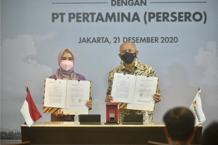 Direktur Utama PT Pertamina (Persero) Nicke Widyawati dan Menteri Koperasi dan UKM Teten Masduki menandatangani MoU kerja sama terkait program kemitraan Pertashop di Jakarta, Senin (21/12/2020).