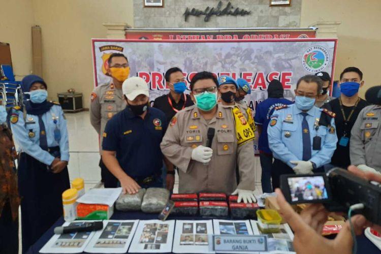Kapolres Cimahi AKBP M Yoris Maulana Yusuf Marzuki tengah memperlihatkan barang bukti narkotika yang diedarkan anak SMP di Bandung barat via online.