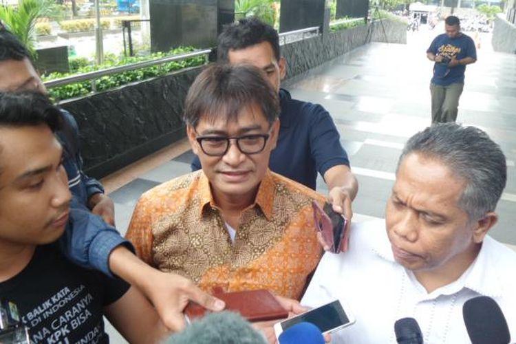 Choel Mallarangeng (berbaju batik) di Gedung KPK Jakarta, Kamis (1/12/2016).