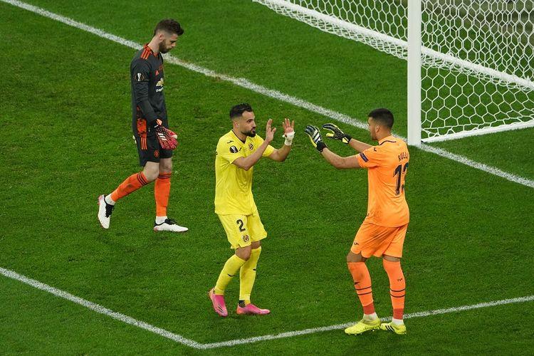 Bek Villarreal Mario Gaspar (tengah) merayakan dengan penjaga gawang Villarreal Geronimo Rulli setelah mencetak gol dalam adu penalti pada pertandingan final Liga Europa antara Villarreal dan Manchester United di Stadion Gdansk pada 26 Mei 2021.