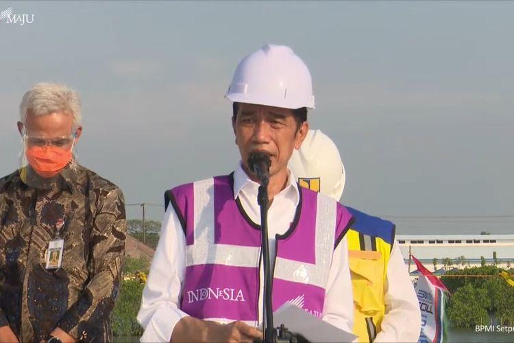 Foto tanhkapan layar YouTube Sekretariat Presiden: Presiden Joko Widodo meninjau proyek pembangunan jalan tol Semarang-Demak di Jawa Tengah, Jumat (11/6/2021).