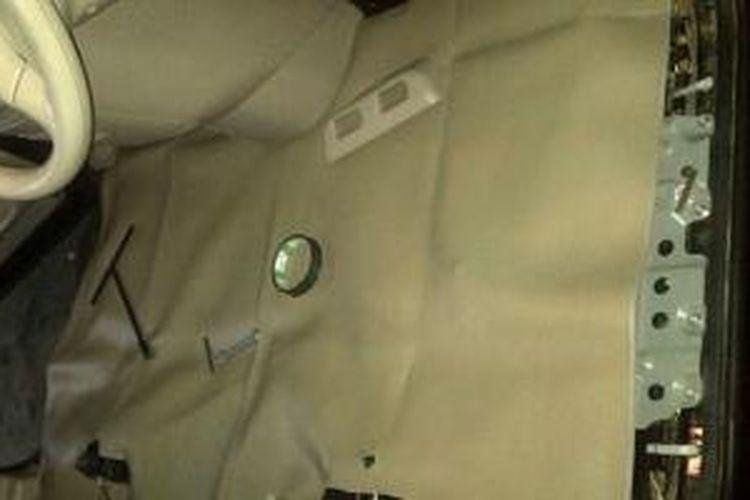 Pemasangan karpet dasar pada mobil.