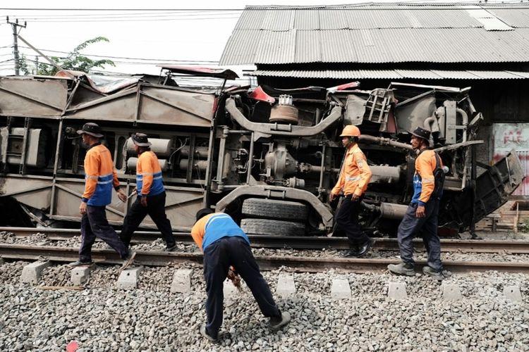 Bus Agra Mas terseret Kereta Argo Parahyangan KA 32 Jurusan Bandung-Gambir hingga ringsek di pintu perlintasan kereta api, Kampung Gorowong, Desa Warung Bambu, Kecamatan Karawang Timur, Senin (26/8/2019). Tidak ada korban jiwa akibat peristiwa ini.