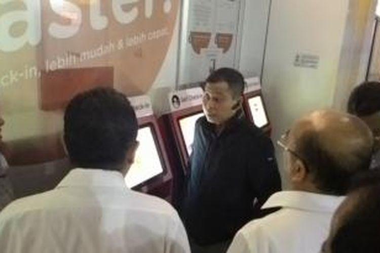 Menteri Perhubungan Ignasius Jonan Meninjau Customer Service Maskapai di Bandara Soekarno-Hatta, Tangerang, Minggu (1/3/2015).