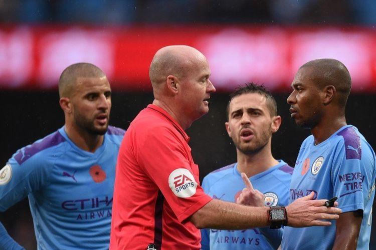 Para pemain Manchester City, Kyle Walker, Bernardo Silva, dan Fernandinho mempertanyakan putusan wasit Lee Mason pada perttandingan Man City vs Southampton di Stadion Etihad, 2 November 2019.