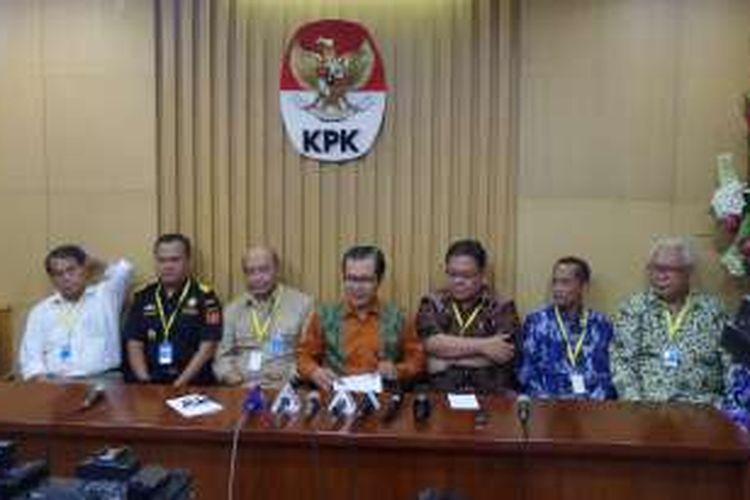 Wakil Ketua KPK Alexander Marwata (tengah), dalam jumpa pers di Gedung KPK, Jakarta, Selasa (9/8/2016).