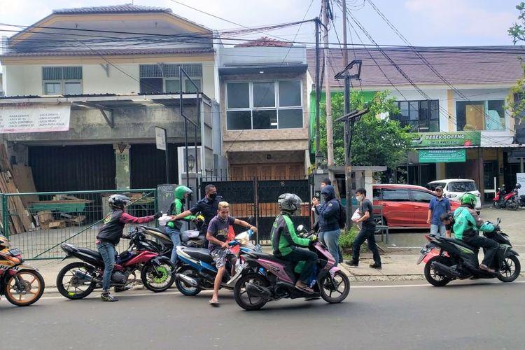 Sido Muncul membagikan ratusan paket makanan siap santap untuk para pengemudi ojek online dan warga yang melintas di Jalan Cipete Raya setiap hari selama pandemi Covid-19