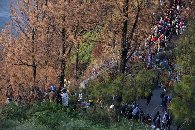 Wisatawan mengunjungi lokasi wisata Bukit Cinta, Pasuruan, Jawa Timur, Sabtu (4/11/2017). Bukit Cinta menjadi alternatif menyaksikan matahari terbit di kawasan wisata Gunung Bromo.