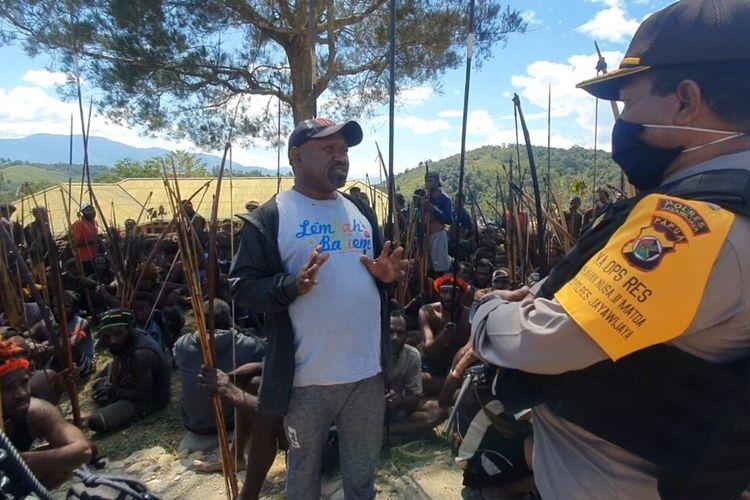 Kapolres Jayawijaya AKBP Dominggus Rumaropen tengah menemui salah satu dari dua kelompok massa yang ingin melakukan perang suku di Kampung Meagama, Distrik Hubokosi, Kabupaten Jayawijaya, Papua, Kamis (20/8/2020)