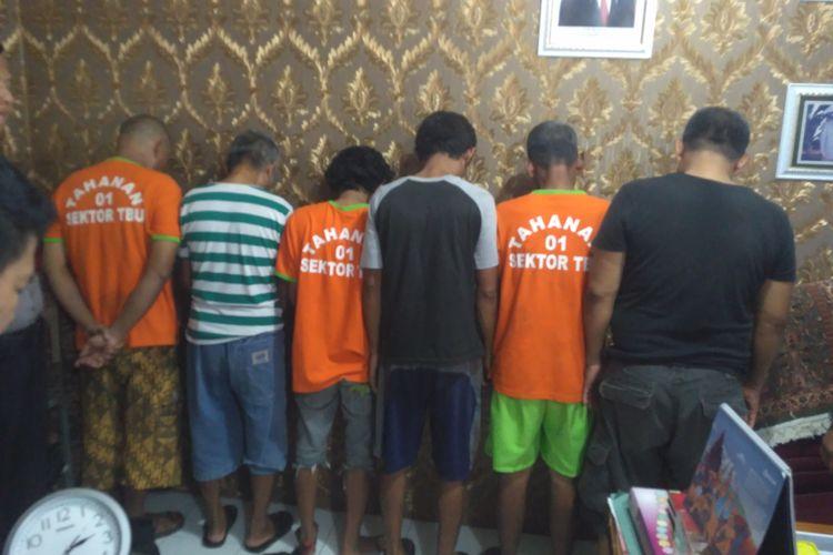 Enam penjudi sabung ayam ditangkap aparat Polsek Teluk Betung Utara, Minggu (23/2/2020). Salah satu pelaku, RT (kanan, baju hitam) adalah guru mengaji yang mengadakan judi sabung ayam di rumahnya.