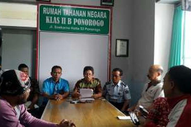 Kepala Kantor Pajak Wilayah Ponorogo-Pacitan Aristo Priyo Adi (tengah) memberikan keterangan terkait ditangkapnya pengusaha asal Pacitan berinisial BW yang menunggak pajak Rp 371 juta di Rutan Ponorogo, Jumat ( 9/12/2016) sore.