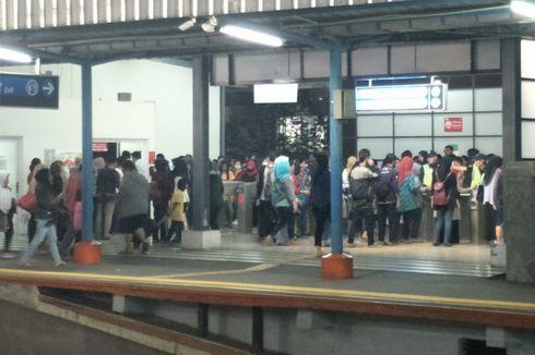 Antrean Panjang di Stasiun Tangerang karena Perbaikan E-Ticketing, Penumpang Kesal