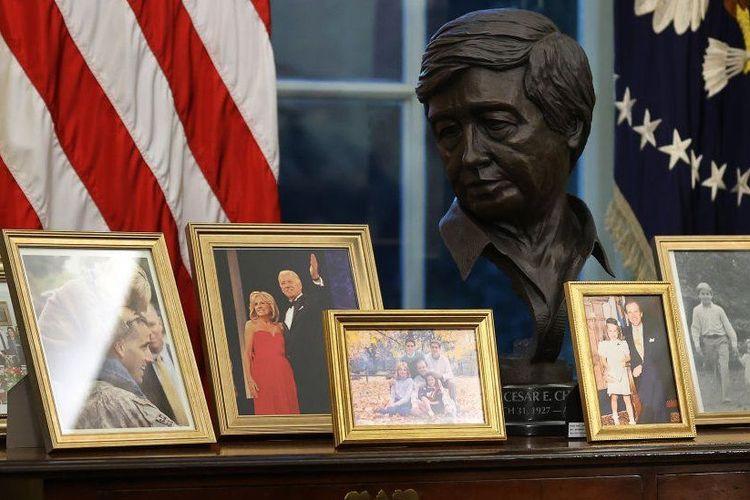 Joe Biden memasang foto keluarga di ruang kerjanya, Gedung Putih, Amerika Serikat.