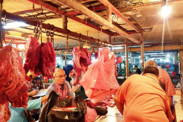 KPPU KPD Kota Medan bersama Tim I Satgas Pangan Provinsi Sumatera Utara melakukan sidak dalam rangka mengawasi perkembangan harga-harga pangan selama Ramadhan dan jelang Hari Raya Idul Fitri 1438 Hijriah, Jumat (16/6/2017)