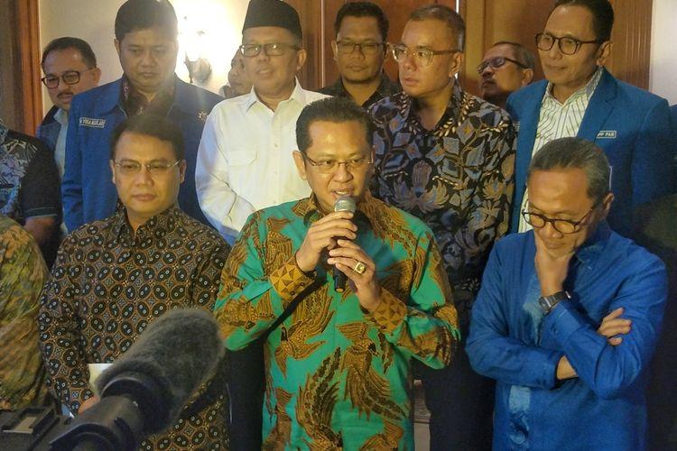 Ketua MPR Bambang Soesatyo saat memberikan keterangan seusai bertemu Dewan Pimpinan Pusat (DPP) Partai Amanat Nasional (PAN) di Jalan Daksa I, Jakarta Selatan, Selasa (12/11/2019).