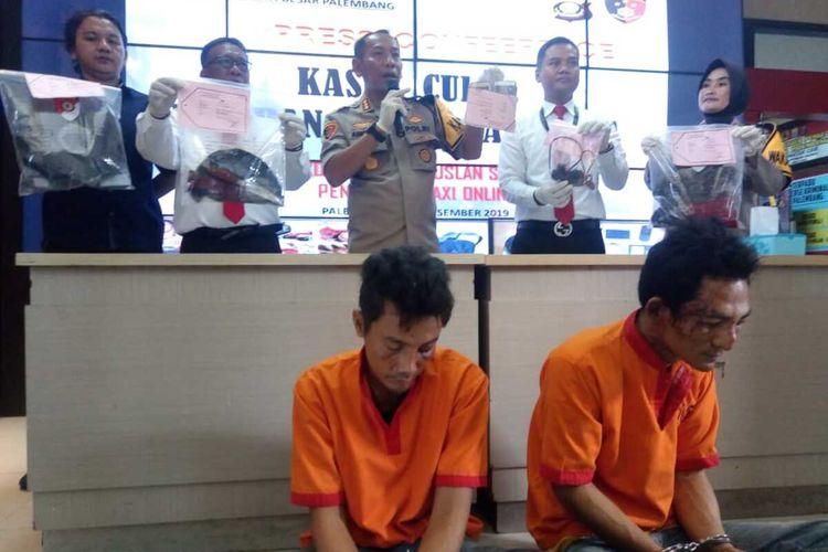 Abib Samudra (36) dan Sulaiman (37) dua pelaku perampokan serta pembunuhan terhadap Ruslan Sani (43) yang merupakan sopir taksi online, saat berada di Polresta Palembang, Senin (30/12/2019).