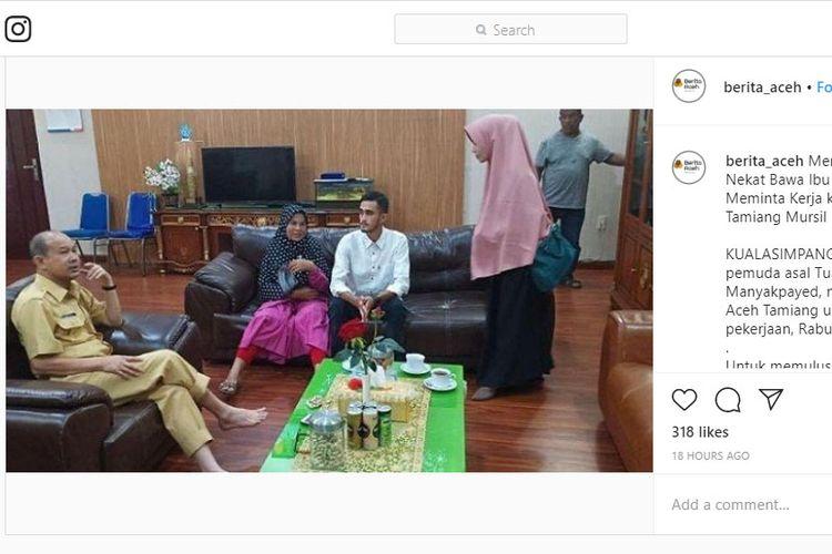 Bupati Aceh Tamiang saat menerima seorang pemuda dan ibunya yang meminta pekerjaan.