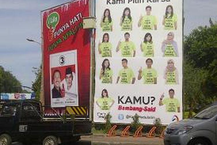 Baliho pasangan cagub-cawagub di jalanan Kota Surabaya.