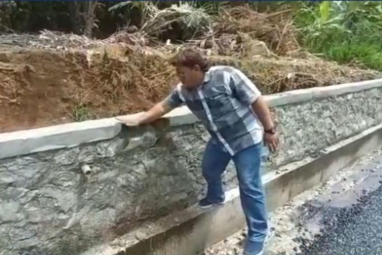 Anggota Komisi III DPRD Banjarngara sidak pembangunan talut di ruas jalan Kutayasa-Larangan, Kecamatan Madukara, Senin (20/9/2021).