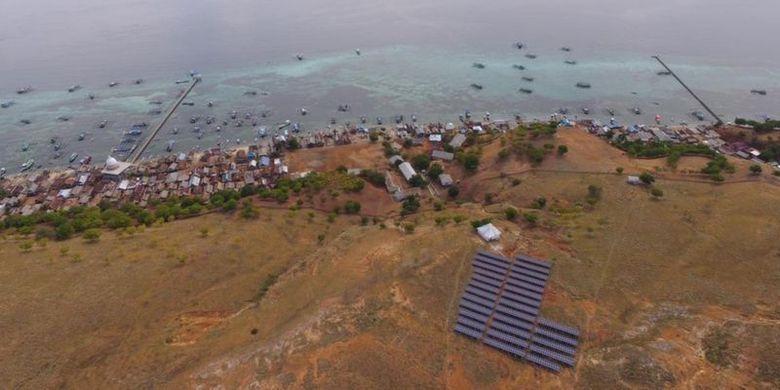 PLTS yang dioperasikan PLN berada di perbukitan di atas permukiman warga Pulau Papagarang.