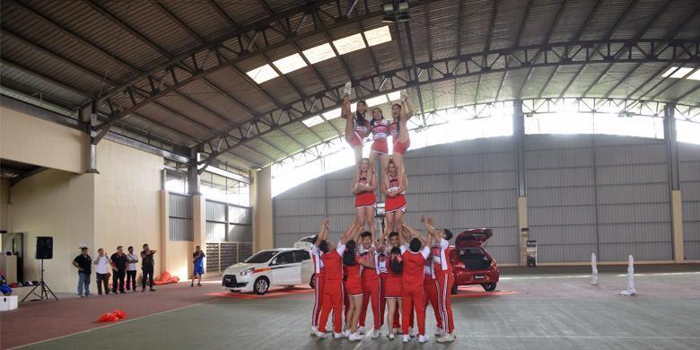 New Mirage mengunjungi salah satu fasilitas olah raga di Bandung, disambut oleh cheerleader.