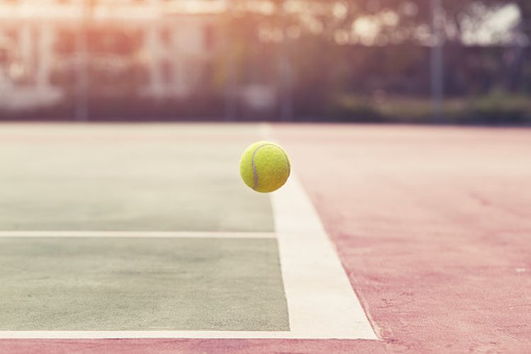 Bola tenis jatuh pada garis.